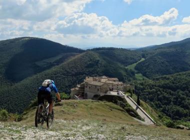 """Viaggio in e-bike nelle Marche: tra città romane e il """"Tibet delle Marche"""""""